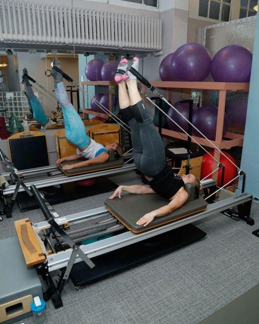El entrenamiento de pilates se basa en máquinas mientras que el yoga utiliza el propio cuerpo. GETTY IMAGES