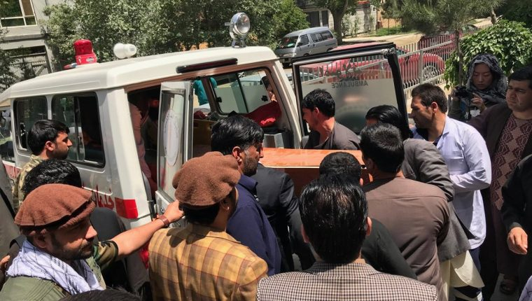 Varias personas trasladan el cuerpo sin vida del fotógrafo Shah Marai, de AFP, fallecido en un doble atentado en Kabul, Afganistán, este lunes 30 de abril de 2018. (Foto Prensa Libre: EFE)