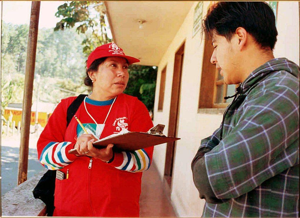 Una encuestadora durante el censo agropecuario realizado hace algunos años. (Foto Prensa Libre: Hemeroteca PL)