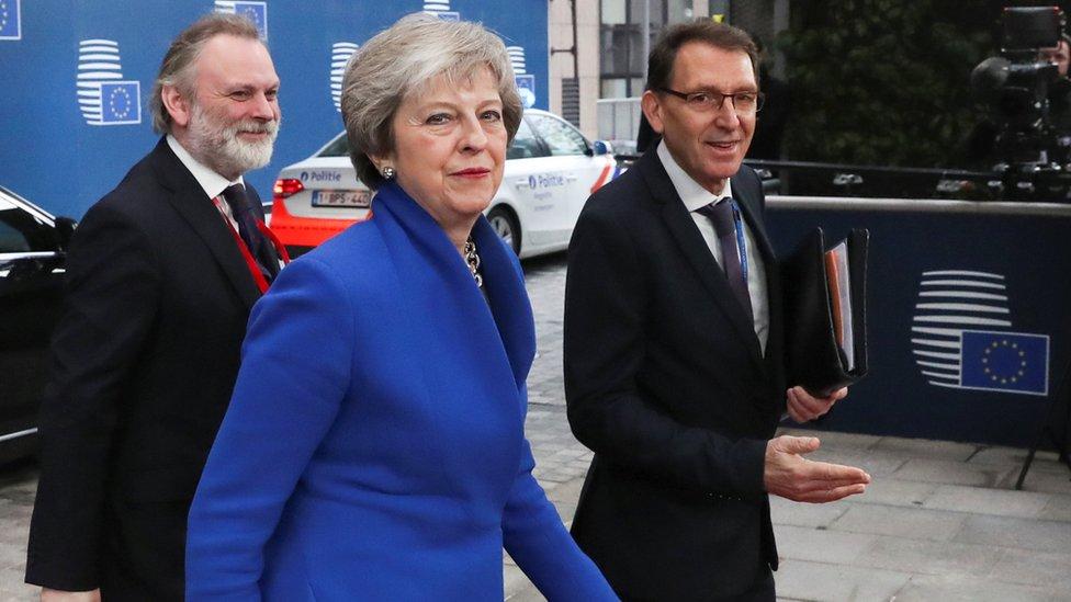 La primera ministra británica, Theresa May, llega a Bruselas con el representante permanente de Gran Bretaña a la EU, Tim Barrow. (FOTO PRENSA LIBRE: REUTERS)