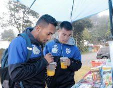Ángel Cabrera y Delfino Álvarez al momento de salir del Estadio Verapaz recibieron jugos de naranja. (Foto Prensa Libre: Eduardo Sam Chun)
