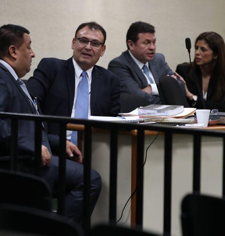 El magistrado Orellana Donis, el Rey del Tenis y Clara Guadalupe se reencuentran en el juzgado. (Foto Prensa Libre: Paulo Raquec)
