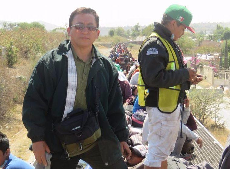 Bartolo Fuentes es un periodista hondureño que ha acompañado a los migrantes en la caravana que salió de Honduras. En la fotografía aparece en un movimiento de migrantes en su paso por Tlaquepaque, México, en abril. (Foto Prensa Libre: Facebook Bartolo Fuentes)