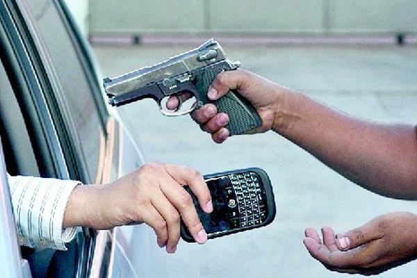 El robo de celulares se mantiene en crecimiento en el país, principalmente en el área metropolitana. Sin embargo, a los servicios de inteligencia civil se le asignaron menos recursos. (Foto Prensa Libre: Hemeroteca PL).