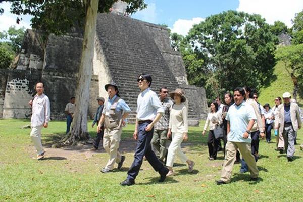 Los príncipes de Japón, Fumihito Akishino y su esposa Kiko, durante su visita a Tikal. (Foto Prensa Libre: Rigoberto Escobar).