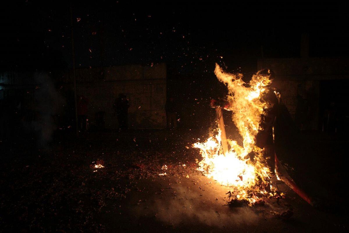 Guatemaltecos queman al diablo