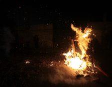 Arde el diablo en la 16 avenida y 2a. calle de la zona 1. (Foto Prensa Libre: Edwin Bercián)