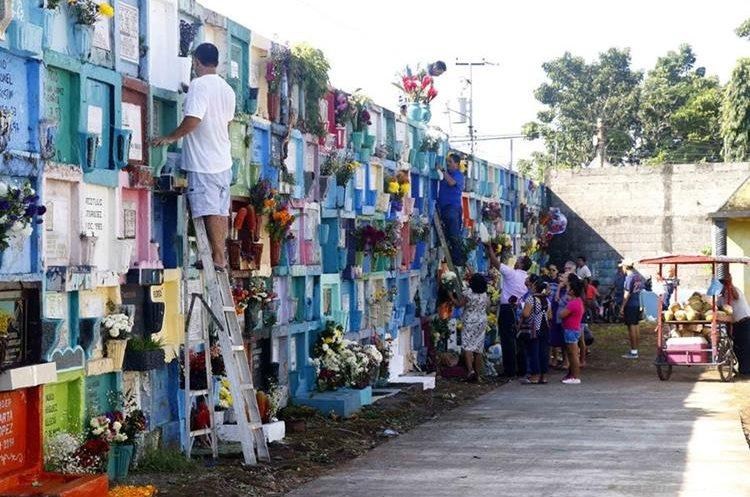 Los familiares acostumbran pintar y decorar las tumbas de sus seres queridos (Foto: Hemeroteca PL).