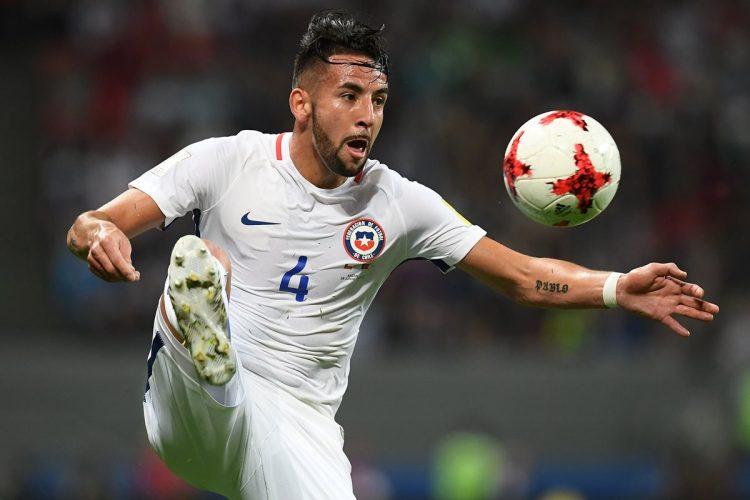 El chileno Mauricio Isla domina la pelota en el primer tiempo del partido.