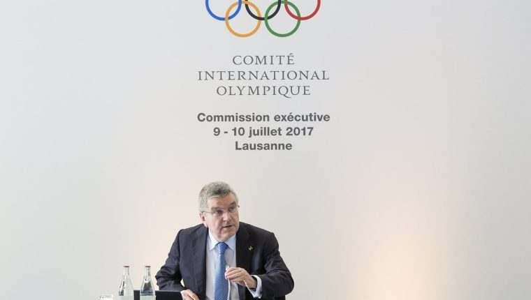 El presidente del Comité Olímpico Internacional (COI), el alemán Thomas Bach, durante la conferencia de prensa donde fueron anunciadas las sedes de París y Los Ángeles. (Foto Prensa Libre: EFE)