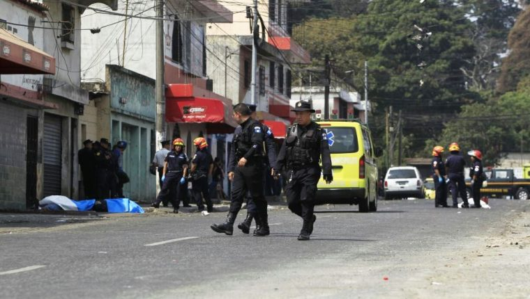 Policías y bomberos revisan el área donde ocurrió el ataque armado esta mañana. (Foto Prensa Libre: Carlos Hernández)