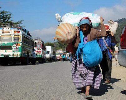 Pobladores en diferentes lugares tuvieron que caminar varios kilómetros por los bloqueos que se dieron en diferentes rutas. (Foto Prensa Libre: Hemeroteca PL)