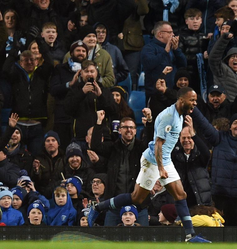 Aficionados del Chelsea profirieron insultos racistas contra Raheem Sterling. (Foto Prensa Libre: AFP)