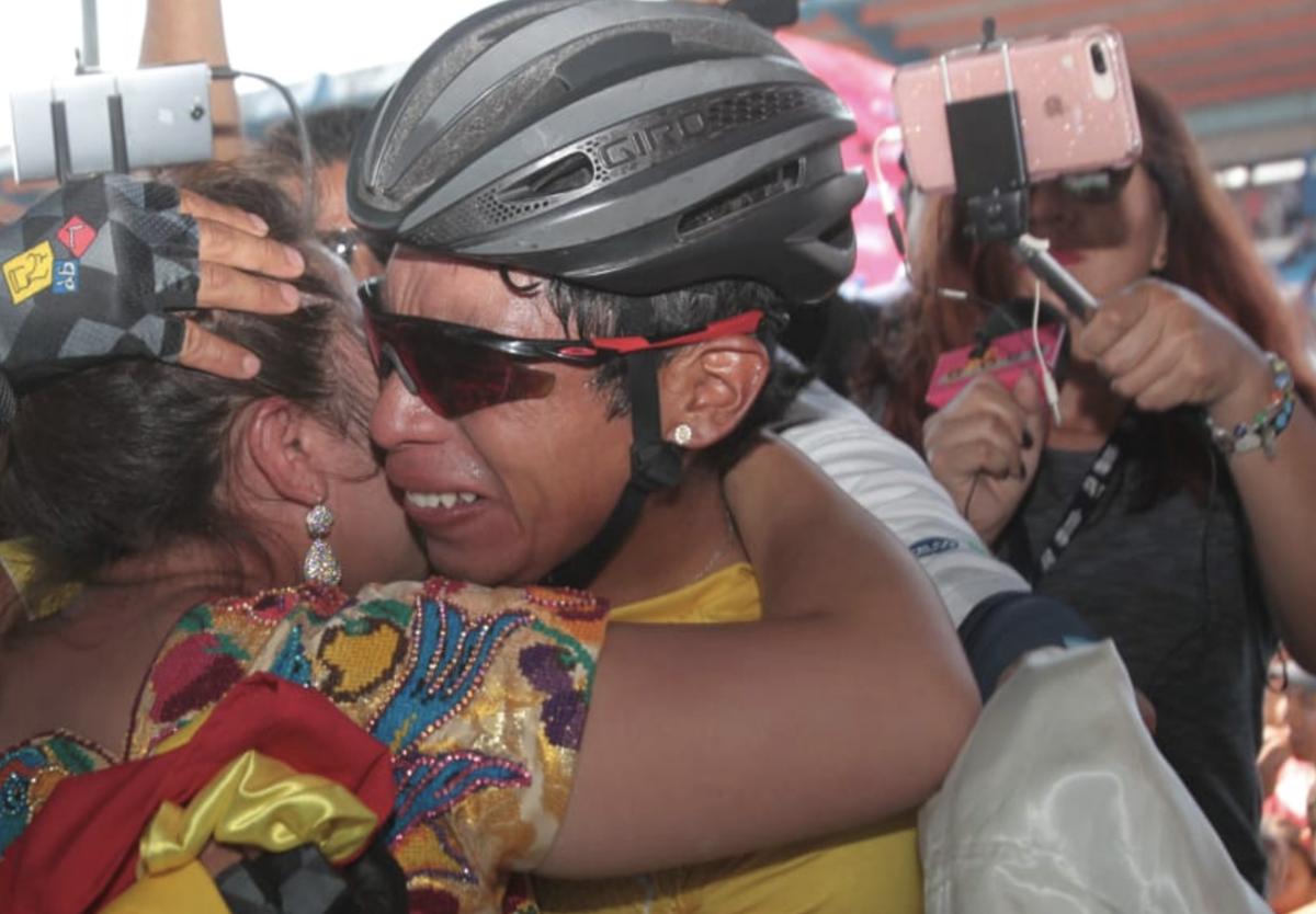 Alfredo Ajpacajá fue felicitado por su esposa al llegar a zona de premiación. (Foto Prensa Libre: Norvin Mendoza)