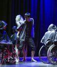 """Integrantes de la compañía argentina Grupo Alma presentan su obra """"¿Quién es quién?"""", en el Encuentro de Danza e Integración Latinoamericana (Foto Prensa Libre, EFE)"""