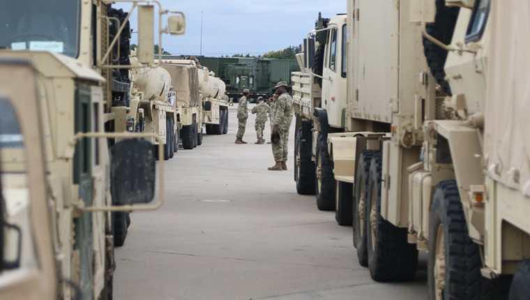 Militares estadounidenses preparan sus vehículos para apoyar operaciones fronterizas. (Foto Prensa Libre: AFP)