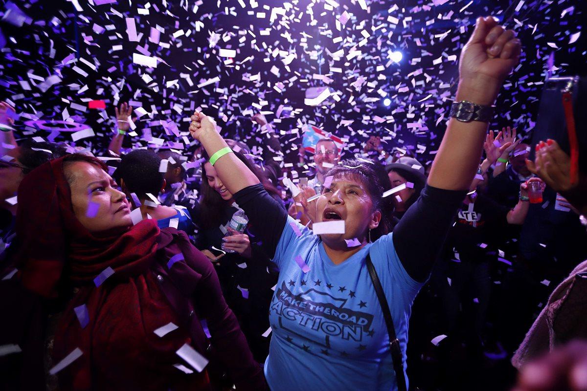 Demócratas festejan la victoria de Alexandria Ocasio-Cortez, la mujer más joven electa para el Congreso.
