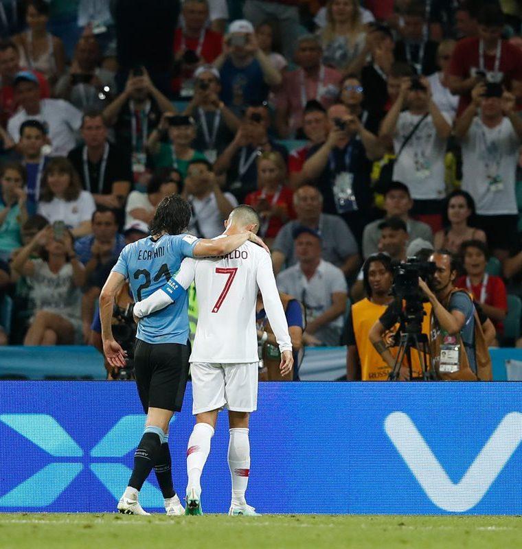 Cristiano Ronaldo ayudó a Cavani a abandonar el campo luego de que el uruguayo se lesionara. (Foto Prensa Libre: AFP)