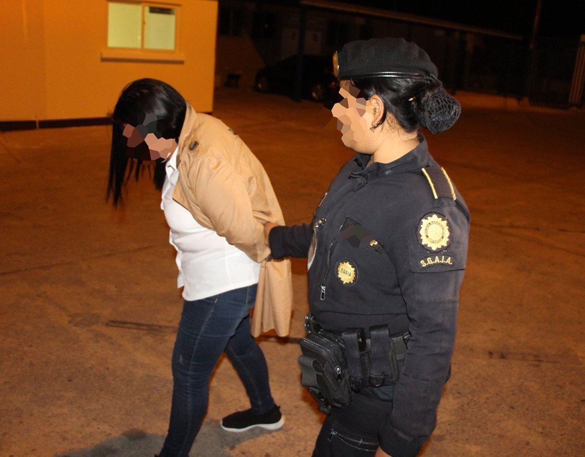 La auxiliar fiscal del MP, Katy Maritza Hernández Gálvez, al momento de su captura en el Aeropuerto La Aurora. (Foto Prensa Libre: PNC).