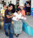 Las nueve   personas que resultaron heridos por  el accidente en Quisaché, Acatenango, fueron trasladados al Hospital Nacional de Chimaltenango. (Foto Prensa Libre: José Rosales)