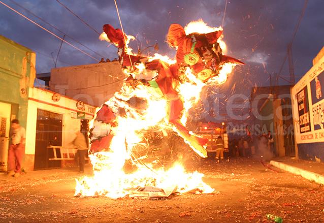 La quema del diablo es una tradición que se resiste a morir. (Foto: Hemeroteca PL)