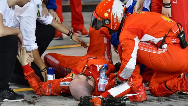 Un mecánico de Ferrari fue atropellado por el piloto finlandés Kimmi Raikkonen. (Foto Prensa Libre: AFP)