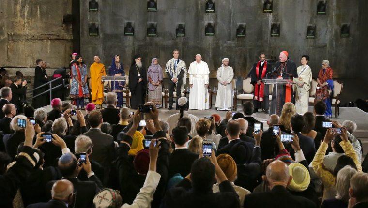 El Papa junto a líderes de otras religiones en la Zona Cero, el lugar de los atentados terroristas del 2001, donde oró por las víctimas. (Foto Prensa Libre: AP).