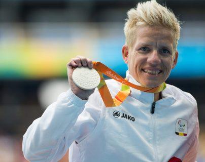 Marieke Vervoort muestra con alegría su medalla de plata. (Foto Prensa Libre: AFP)