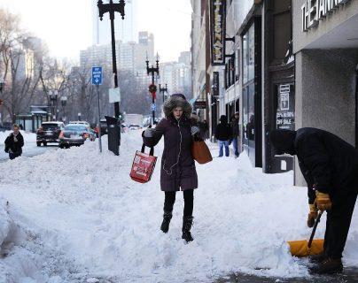 Las personas caminan sobre la nieve después de la tormenta invernal en Boston, Massachusetts.(Foto Prensa Libre;AFP).