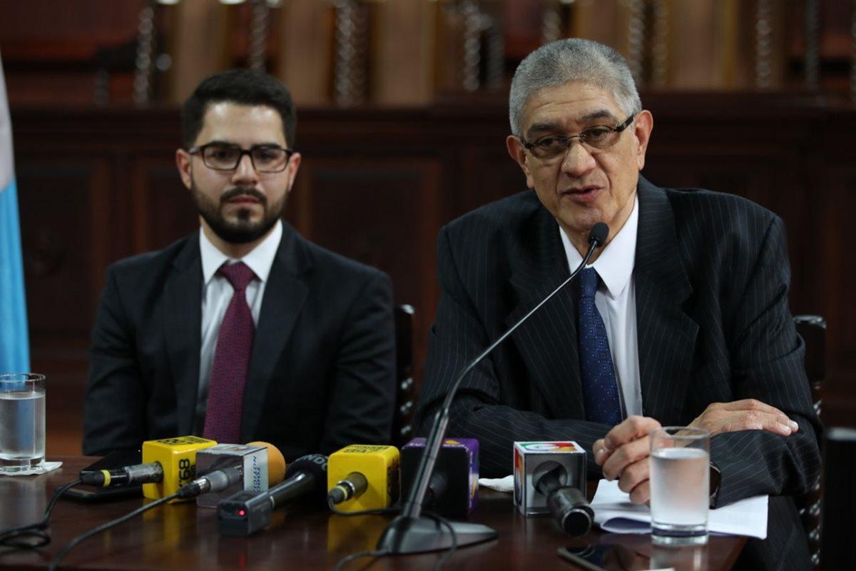 Santiago Palomo, vocero de la CC, y Martín Guzmán, secretario, durante la conferencia de prensa. (Foto Prensa Libre: Paulo Raquec).