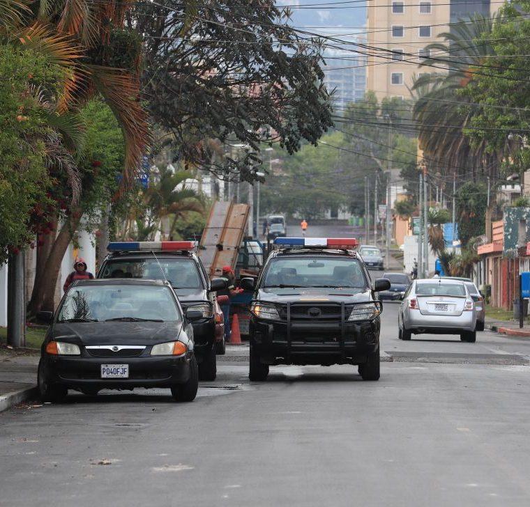 La Policía Nacional Civil resguarda los alrededores del anexo del Hogar Seguro. (Foto Prensa Libre: Estuardo Paredes)