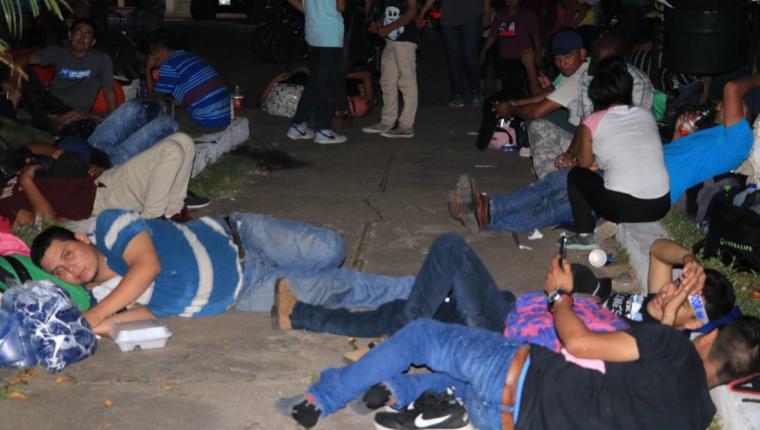 Los migrantes salvadoreños descansan en el parque de Ciudad Pedro de Alvarado, Jutiapa. Asegura que ingresaron a Guatemala de forma legal. (Foto Prensa Libre: Enrique Paredes)