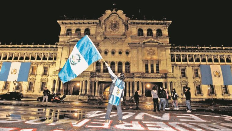 Guatemaltecos comienzan a reunirse en la Plaza de la Constitución, la madrugada del 3 de septiembre de 2015, para celebrar la renuncia de Otto Pérez Molina como presidente. (Foto Prensa Libre: HemerotecaPL)