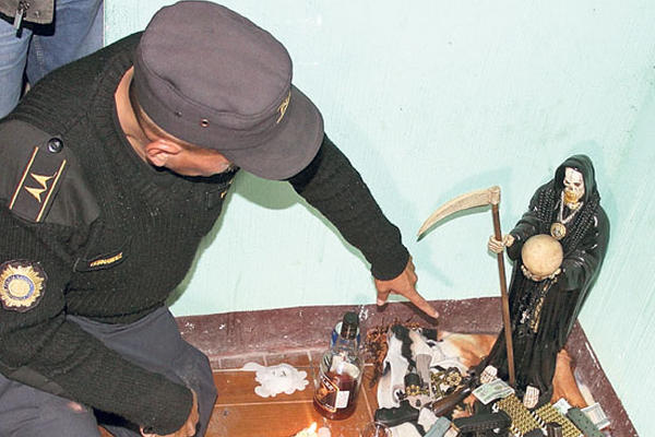 La imagen de la Santa Muerte ha sido encontrada en reductos de pandilleros, como en el asentamiento La Isla, Villalobos, zona 12 de Villa Nueva.