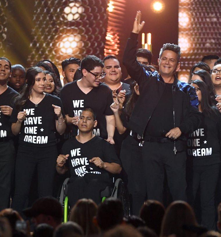 Alejandro Sanz canta junto a unos niños dreamers durante los 18 Latin Grammy (Foto Prensa Libre: AFP).