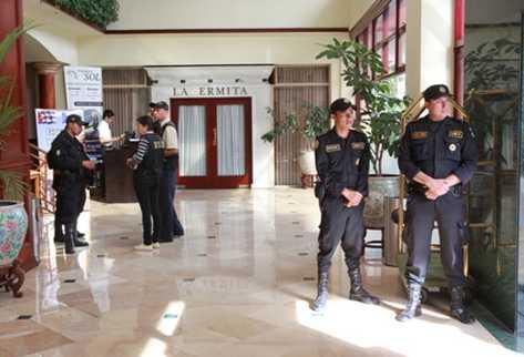 Agentes toman control de las instalaciones del Hotel Crowne Plaza, zona 13, luego de que este fuera intervenido.