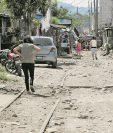 En la zona 21 se tendría que desalojar a varias familias que viven en la vía férrea. (Foto Prensa Libre: Estuardo Paredes)