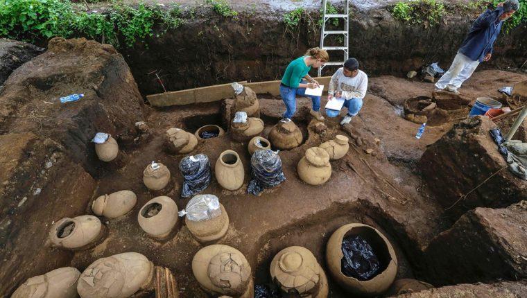 Empleados del Instituto de Cultura de Nicaragua trabajan en el área. (Foto Prensa Libre: AFP)