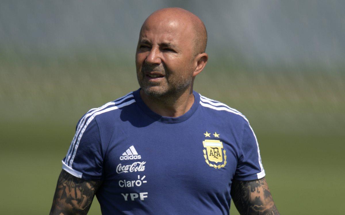 El entrenador de la selección de Argentina, Jorge Sampaoli, durante el entrenamiento que el equipo albiceleste ha realizado esta mañana en Bronnitsy. (Foto Prensa Libre: AFP)