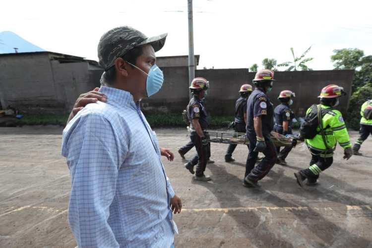 Vecinos y familiares de las víctimas guían a los cuerpos de socorro para buscar a personas desparecidas.