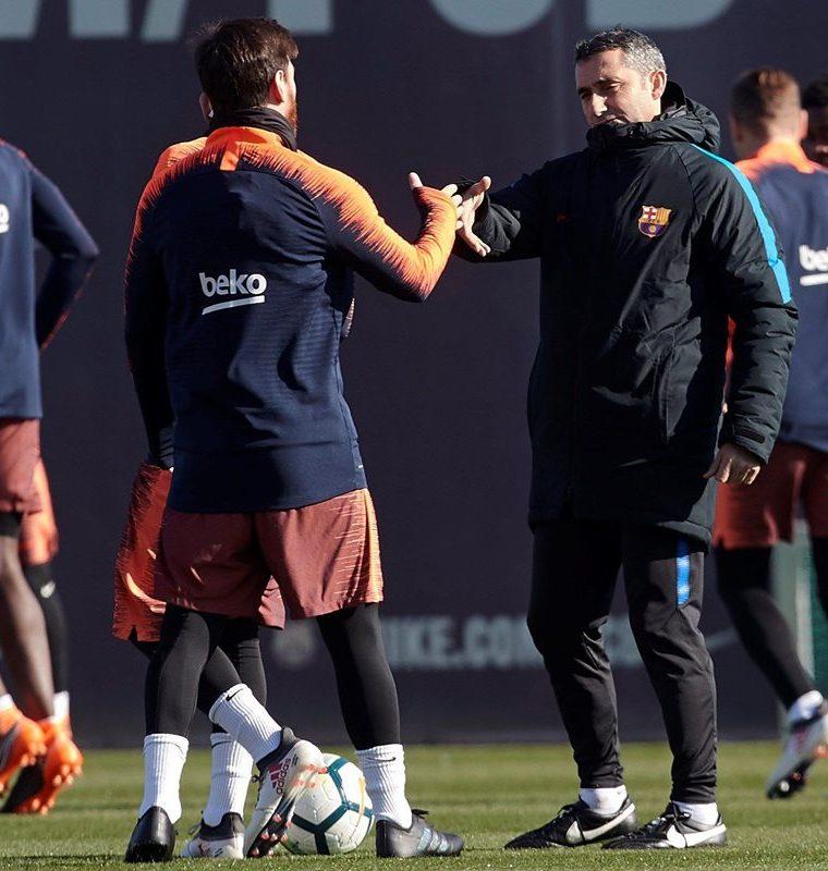 Ernesto Valverde saluda al delantero argentino Lionel Messi, durante el entrenamiento. (Foto Prensa Libre: EFE)