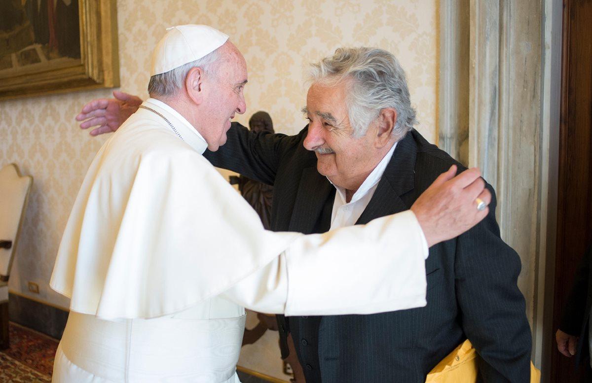 Mujica se reúne con el papa en Italia y presenta libro