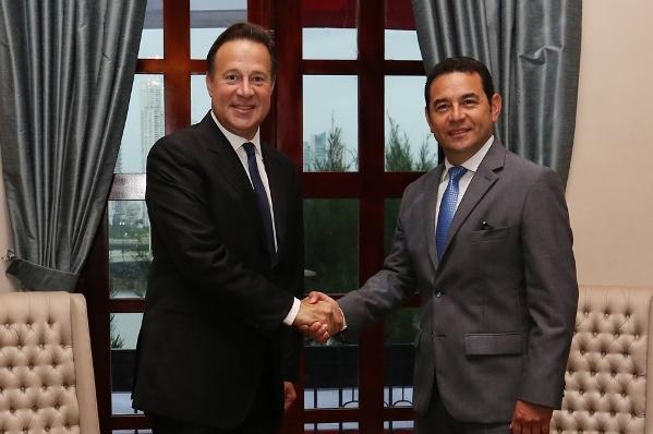 El mandatario Juan Carlos Varela estrecha la mano de Jimmy Morales tras la reunión. (Foto Prensa Libre: Presidencia de Panamá)