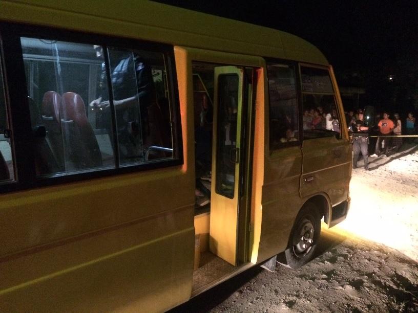 Agente de la PNC inspecciona el autobús que conducía la víctima. (Foto Prensa Libre: Eduardo Sam)