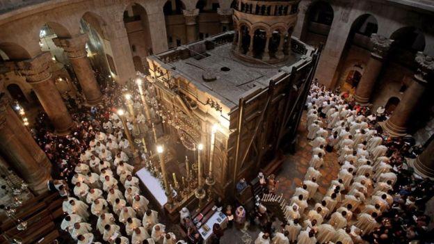 Representantes de la Iglesia católica romana rodean el Edículo, donde se cree están los restos de Jesús. GETTY IMAGES