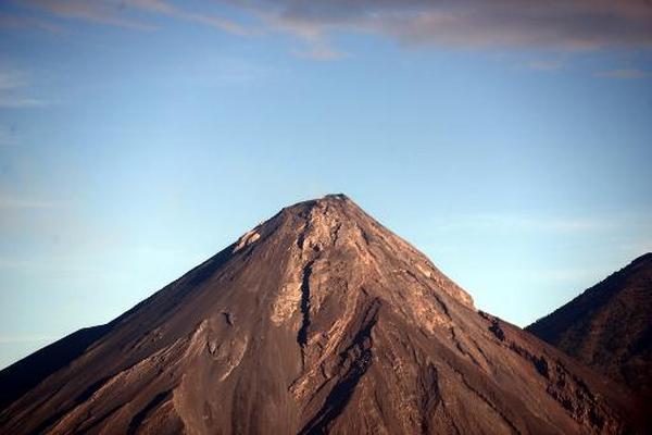 El volcán Fuego en Escuintla, ha lanzado ceniza a una altura de hasta cuatro mil 500 metros.