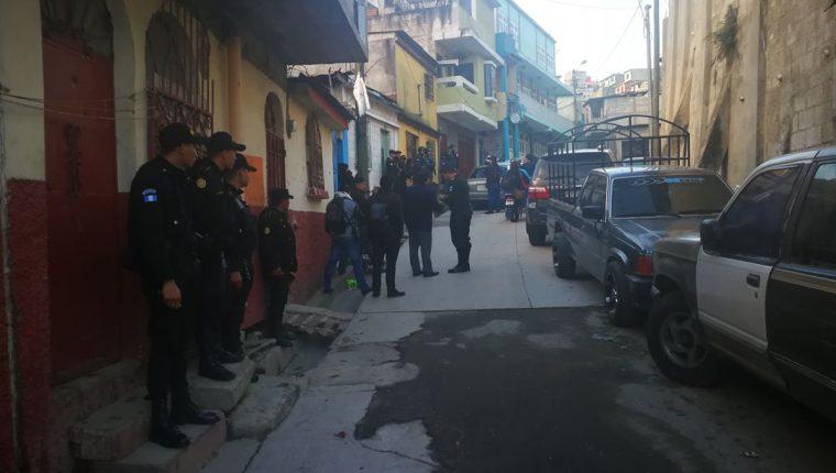 Los 14 allanamientos se realizan en Guatemala y El Progreso para capturar a nueve integrantes de la estructura Los del Punto. (Foto Prensa Libre: Estuardo Paredes)