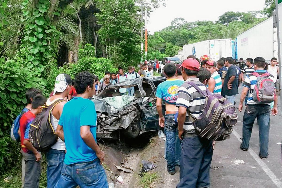 Un vehículo quedó destruido cuando chocó con un tráiler en el km 226 de la ruta a suroccidente, en Coatepeque, Quetzaltenango. (Foto Prensa Libre: Alexander Coyoy)