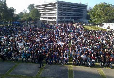 Cientos de estudiantes participan en la inauguración de los cursos libres de la Usac, en diciembre de 2018. (Foto Prensa Libre: Carlos Alvarez)