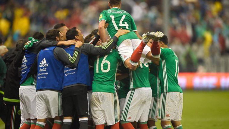 Los jugadores de México celebran el gol de Lozano que al final significó la clasificación de los aztecas al Mundial de Rusia 2018. (Foto Prensa Libre: AFP)